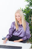 Επιχειρησιακή κυρία που είναι πολυάσχολη Στοκ εικόνα με δικαίωμα ελεύθερης χρήσης