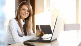 Επιχειρησιακή κυρία που εργάζεται στο γραφείο απόθεμα βίντεο