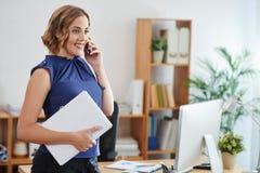 Επιχειρησιακή κυρία που καλεί το τηλέφωνο Στοκ εικόνα με δικαίωμα ελεύθερης χρήσης