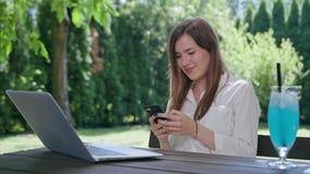 Επιχειρησιακή κυρία που χρησιμοποιεί ένα τηλέφωνο Στοκ φωτογραφία με δικαίωμα ελεύθερης χρήσης