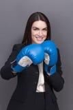 Επιχειρησιακή κυρία στα εγκιβωτίζοντας γάντια Στοκ φωτογραφία με δικαίωμα ελεύθερης χρήσης