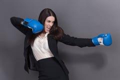 Επιχειρησιακή κυρία στα εγκιβωτίζοντας γάντια Στοκ φωτογραφίες με δικαίωμα ελεύθερης χρήσης