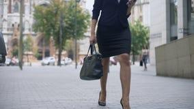 Επιχειρησιακή κυρία στο κομψό κοστούμι που περπατά στην εργασία, επιτυχής σταδιοδρομία, πολυάσχολος τρόπος ζωής φιλμ μικρού μήκους