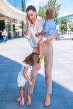 Επιχειρησιακή μητέρα που μιλά πέρα από το κινητό τηλέφωνο Στοκ Φωτογραφία
