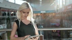 επιχειρησιακή νέα έναρξη Όμορφη νέα γυναίκα που κρατά την ψηφιακή ταμπλέτα και που εξετάζει τη κάμερα με το χαμόγελο στεμένος απόθεμα βίντεο