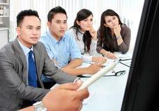 Επιχειρησιακή ομάδα κατά τη διάρκεια της παρουσίασης στοκ φωτογραφία