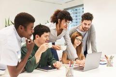 Επιχειρησιακή ομάδα μαζί στο φορητό προσωπικό υπολογιστή στοκ φωτογραφία με δικαίωμα ελεύθερης χρήσης
