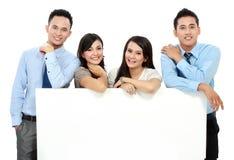 Επιχειρησιακή ομάδα με τη μεγάλη κενή κάρτα στοκ φωτογραφία με δικαίωμα ελεύθερης χρήσης
