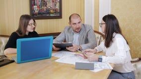 Επιχειρησιακή ομάδα με τη συνεδρίαση και τη συζήτηση του σχεδίου του προβλήματος στο γραφείο απόθεμα βίντεο