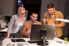 Επιχειρησιακή ομάδα με τον υπολογιστή που λειτουργεί αργά στο γραφείο στοκ φωτογραφίες