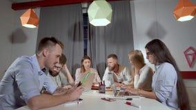 Επιχειρησιακή ομάδα που απασχολείται σε όλων μαζί σε ένα πρόγραμμα απόθεμα βίντεο