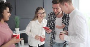 Επιχειρησιακή ομάδα που απολαμβάνει το περιεχόμενο μέσων στο κινητό τηλέφωνο φιλμ μικρού μήκους