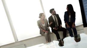 Επιχειρησιακή ομάδα που διοργανώνει τη συνεδρίαση στο γραφείο Στοκ Εικόνα