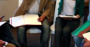 Επιχειρησιακή ομάδα που ενώνει τα χέρια τους κατά τη διάρκεια της συνεδρίασης απόθεμα βίντεο