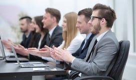Επιχειρησιακή ομάδα που επιδοκιμάζει τον ομιλητή στη συνεδρίαση Στοκ Εικόνες