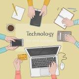 Επιχειρησιακή ομάδα που εργάζεται μαζί στο γραφείο γραφείων Υπολογιστής γραφείου με τα χέρια, το lap-top, το smartphone, τα έγγρα ελεύθερη απεικόνιση δικαιώματος