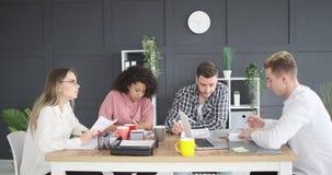 Επιχειρησιακή ομάδα που εργάζεται μαζί στο γραφείο φιλμ μικρού μήκους