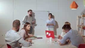 Επιχειρησιακή ομάδα που εργάζεται σε ένα μεγάλο πρόγραμμα φιλμ μικρού μήκους