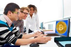 Επιχειρησιακή ομάδα που κάνει εμπόριο bitcoin btc σε έναν υπολογιστή Στοκ Εικόνες