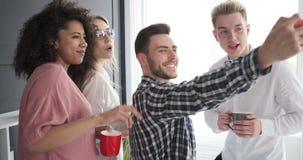 Επιχειρησιακή ομάδα που παίρνει ένα selfie στο γραφείο απόθεμα βίντεο