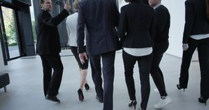 Επιχειρησιακή ομάδα που περπατά στο σύγχρονο διάδρομο απόθεμα βίντεο