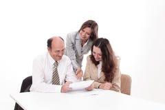 Επιχειρησιακή ομάδα που συζητά ένα έγγραφο εργασίας στοκ εικόνα