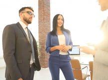Επιχειρησιακή ομάδα που συζητά μαζί τα επιχειρηματικά σχέδια Στοκ φωτογραφίες με δικαίωμα ελεύθερης χρήσης