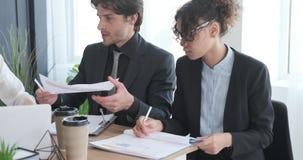 Επιχειρησιακή ομάδα που συζητά με την οικονομική έκθεση απόθεμα βίντεο