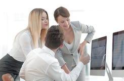 Επιχειρησιακή ομάδα που συζητά τα προβλήματα εργασίας Στοκ εικόνα με δικαίωμα ελεύθερης χρήσης