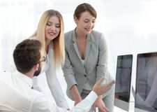Επιχειρησιακή ομάδα που συζητά τα προβλήματα εργασίας Στοκ Εικόνες