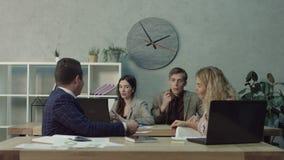 Επιχειρησιακή ομάδα που συζητά την επιχείρηση ξεκινήματος στην αρχή απόθεμα βίντεο
