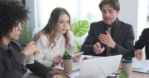 Επιχειρησιακή ομάδα που χρησιμοποιεί το lap-top στη διάσκεψη γραφείων απόθεμα βίντεο