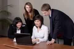 Επιχειρησιακή ομάδα στην αρχή στοκ εικόνα με δικαίωμα ελεύθερης χρήσης