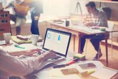 Επιχειρησιακή ομάδα στην εργασία Γραφείο, lap-top και γραφική εργασία ανοιχτού χώρου Επίδραση ταινιών και επίδραση φλογών φακών Στοκ Εικόνες
