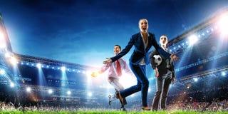 Επιχειρησιακή ομάδα στο γήπεδο ποδοσφαίρου r στοκ εικόνες με δικαίωμα ελεύθερης χρήσης