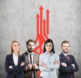 Επιχειρησιακή ομάδα, αύξηση και κόκκινα βέλη Στοκ εικόνα με δικαίωμα ελεύθερης χρήσης