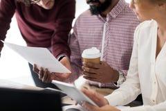 Επιχειρησιακή ομάδα με τα έγγραφα και καφές στο γραφείο Στοκ Εικόνα