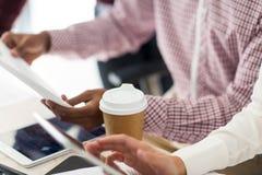 Επιχειρησιακή ομάδα με τα έγγραφα και καφές στο γραφείο Στοκ φωτογραφία με δικαίωμα ελεύθερης χρήσης