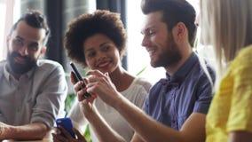 Επιχειρησιακή ομάδα με τα smartphones και το PC ταμπλετών φιλμ μικρού μήκους