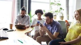 Επιχειρησιακή ομάδα με τα smartphones και το PC ταμπλετών απόθεμα βίντεο