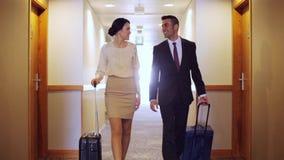Επιχειρησιακή ομάδα με τις τσάντες ταξιδιού στο διάδρομο ξενοδοχείων φιλμ μικρού μήκους