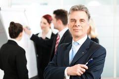 Επιχειρησιακή ομάδα με τον ηγέτη στην αρχή Στοκ φωτογραφία με δικαίωμα ελεύθερης χρήσης
