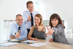Επιχειρησιακή ομάδα με τους αντίχειρες επάνω Στοκ φωτογραφία με δικαίωμα ελεύθερης χρήσης