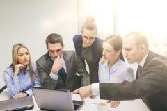 Επιχειρησιακή ομάδα με το lap-top που διοργανώνει τη συζήτηση Στοκ Φωτογραφία