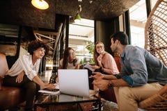 Επιχειρησιακή ομάδα που έχει μια σύνοδο 'brainstorming' στοκ εικόνα με δικαίωμα ελεύθερης χρήσης