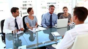 Επιχειρησιακή ομάδα που δίνει μια συνέντευξη εργασίας σε έναν επιχειρηματία φιλμ μικρού μήκους