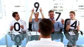 Επιχειρησιακή ομάδα που δίνει το βαθμό σε έναν επιχειρηματία φιλμ μικρού μήκους
