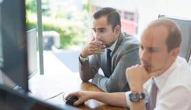 Επιχειρησιακή ομάδα που αναλύει τα στοιχεία στην επιχειρησιακή συνεδρίαση Στοκ Εικόνες