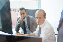 Επιχειρησιακή ομάδα που αναλύει τα στοιχεία στην επιχειρησιακή συνεδρίαση Στοκ Εικόνα