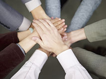 Επιχειρησιακή ομάδα που βάζει τα χέρια από κοινού Στοκ φωτογραφία με δικαίωμα ελεύθερης χρήσης